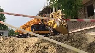 Подъемный кран упал на стройплощадке в Ставрополе