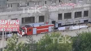 Пожарная машина возит воду на стройку