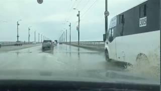 Машины плывут по мосту после прорыва трубы Омск 08.06.
