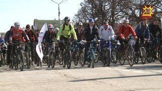 Велосипедисты в эти выходные массово открыли сезон.