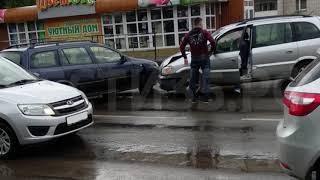 Два «Опеля» не поделили дорогу в Вологде