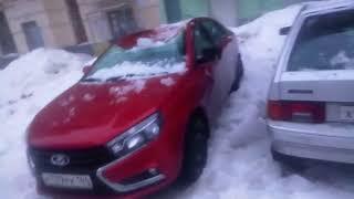 машины завалило снегом