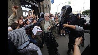 Полиция жестко задерживает людей на массовых акциях  протеста против пенсионной реформы
