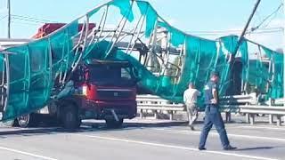 Самосвал снес пешеходный мост в Москве. Ярославское шоссе перекрыто