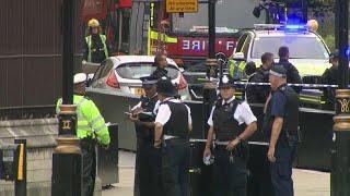 Лондон снимает баррикады возле парламента