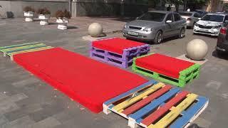 Ко Дню города на Волжской установили скамейки кислотных цветов