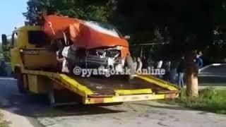 Машина врезалась в дерево в посёлке Нижнеподкумский