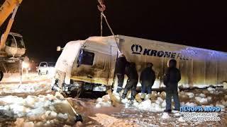 В Печоре вытащили провалившийся в реку грузовик