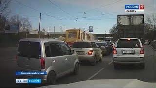 В Барнауле неуправляемый трамвай врезался в стоящий на остановке вагон