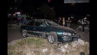 В Киеве на Чоколовке пьяный водитель Opel не справился с управлением и снес клумбу
