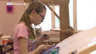 Самотканые картины выполняют искусницы Вавожского Центра детского творчества