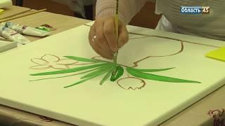 Незрячие рисовали красками цветы и фрукты. В Кургане прошел необычный мастер-класс