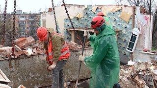 Специалисты разбирают поврежденные конструкции дома, пострадавшего от взрыва газа в Краснодаре