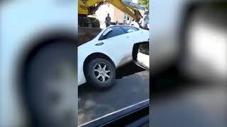 В центре Саратова на Слонова иномарка провалилась в яму