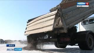 В Бийске приступили к чернению льда около коммунального моста через Бию