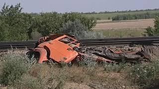 В Азовском районе пассажирский поезд столкнулся с КамАЗом