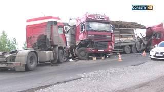 В Курганской области столкнулись три грузовика