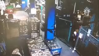 Рабочие чугунолитейного завода пытаются спасти коллегу