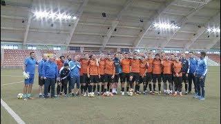 Полицейские и футболисты поздравили уральских девушек накануне 8 Марта