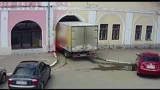 Не вписался: грузовик застрял в арке исторического здания