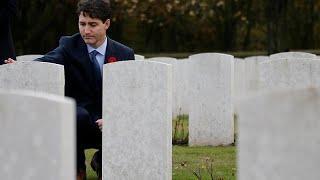 Премьер Канады возлагает цветы на кладбище во Франции