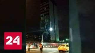Обломки снесенного бизнес-центра засыпали дорогу на северо-востоке Москвы - Россия 24