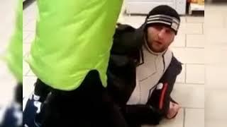 """Охранник сидит на покупателе в """"Пятёрочке"""" в Воронеже"""