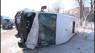 Маршрутка и кроссовер столкнулись в Волгограде, есть пострадавшие