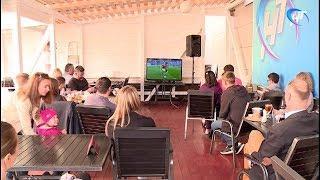 Новгородское областное телевидение организовало просмотр футбольных матчей на свежем воздухе