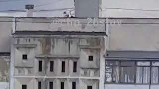 Сильный ветер. В Ставрополе дети бегают по крышам.