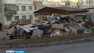 Гора строительного мусора образовалась в одном из районов Магадана