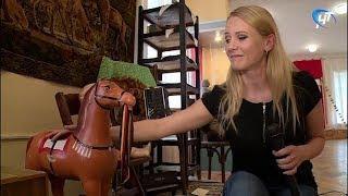 Мечты детства. Наталья Савицкая рассматривает советские игрушки: лошадка-качалка, дюймовочка, мишка