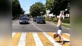 В центре Ставрополя девушка пересекла «зебру» на руках