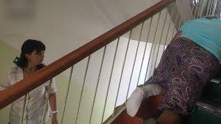 В Ковылкинской поликлинике пенсионерка в гипсе ползла по лестнице на четвереньках