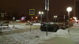 Водители стареньких ВАЗов устроили дрифт на оживлённой парковке