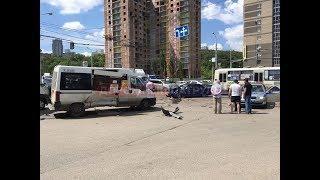 В Уфе столкнулись микроавтобус и иномарка: есть пострадавшие