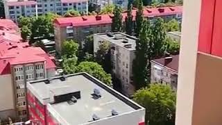 Ставропольские подростки сбрасывают мусор на авто