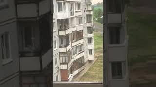 В Белокурихе пьяный мужчина выпал из окна пятого этажа. Видео 18+