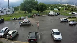 Водитель, которого не пускали в воронежский ЖК, пытался сбить охранника