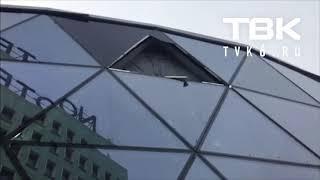 Стекло нового Амфитеатра рухнуло от ветра (Красноярск)