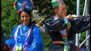 Подростков из трудовых отрядов нарядили в костюмы из мусора и заставили танцевать