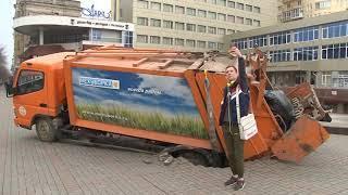 Провалившийся под землю мусоровоз вытащили с помощью крана