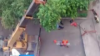 В центре Красноярска самосвал снёс козырёк подъезда