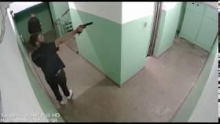 В Ярославле камеры наблюдения зафиксировали мужчину, открывшего стрельбу в подъезде
