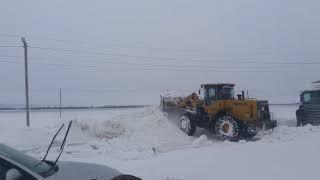 Трассу в Шпаковском районе очищают от двухметровых снежных перемётов