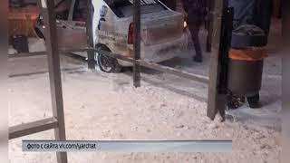 В Ярославле автомобиль врезался в здание почтового отделения
