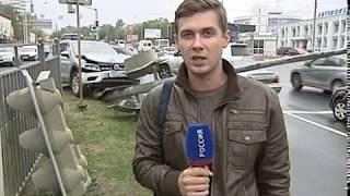 На Московском проспекте кроссовер врезался в опору светофора