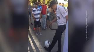 Ростовчане сняли на видео, как полицейский чеканит мяч на набережной