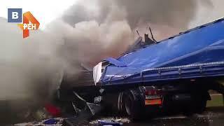 Видео: два грузовика загорелись после смертельного ДТП в Новосибирской области