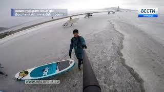 """Сап-серферы """"угнали"""" огромную льдину во Владивостоке и устроили на ней флешмоб"""